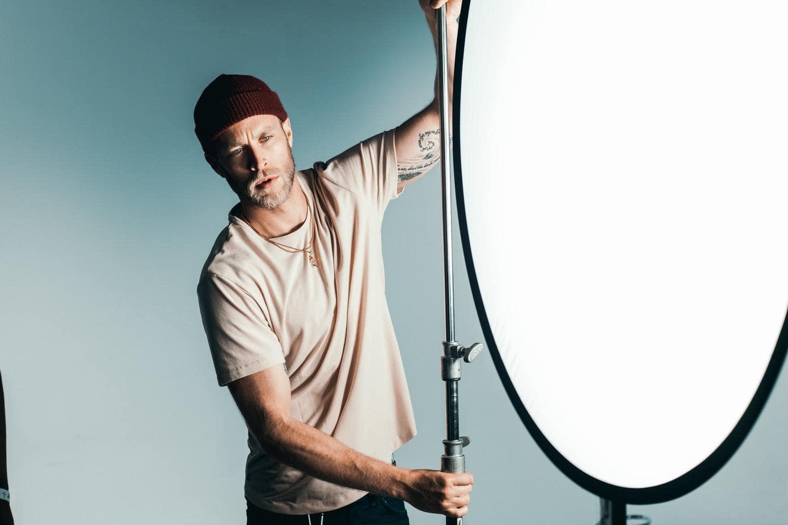 Fotógrafo manejando una fuente de luz continua en estudio