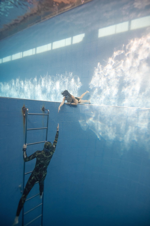 Foto debajo del agua simulando ayuda