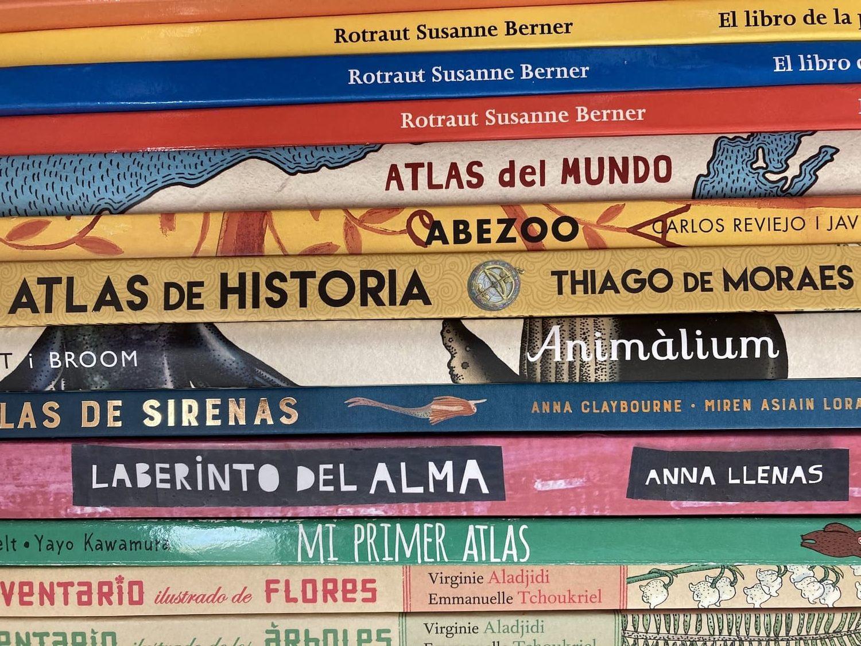 Foto de libros tomada sujetando móvil con dos manos