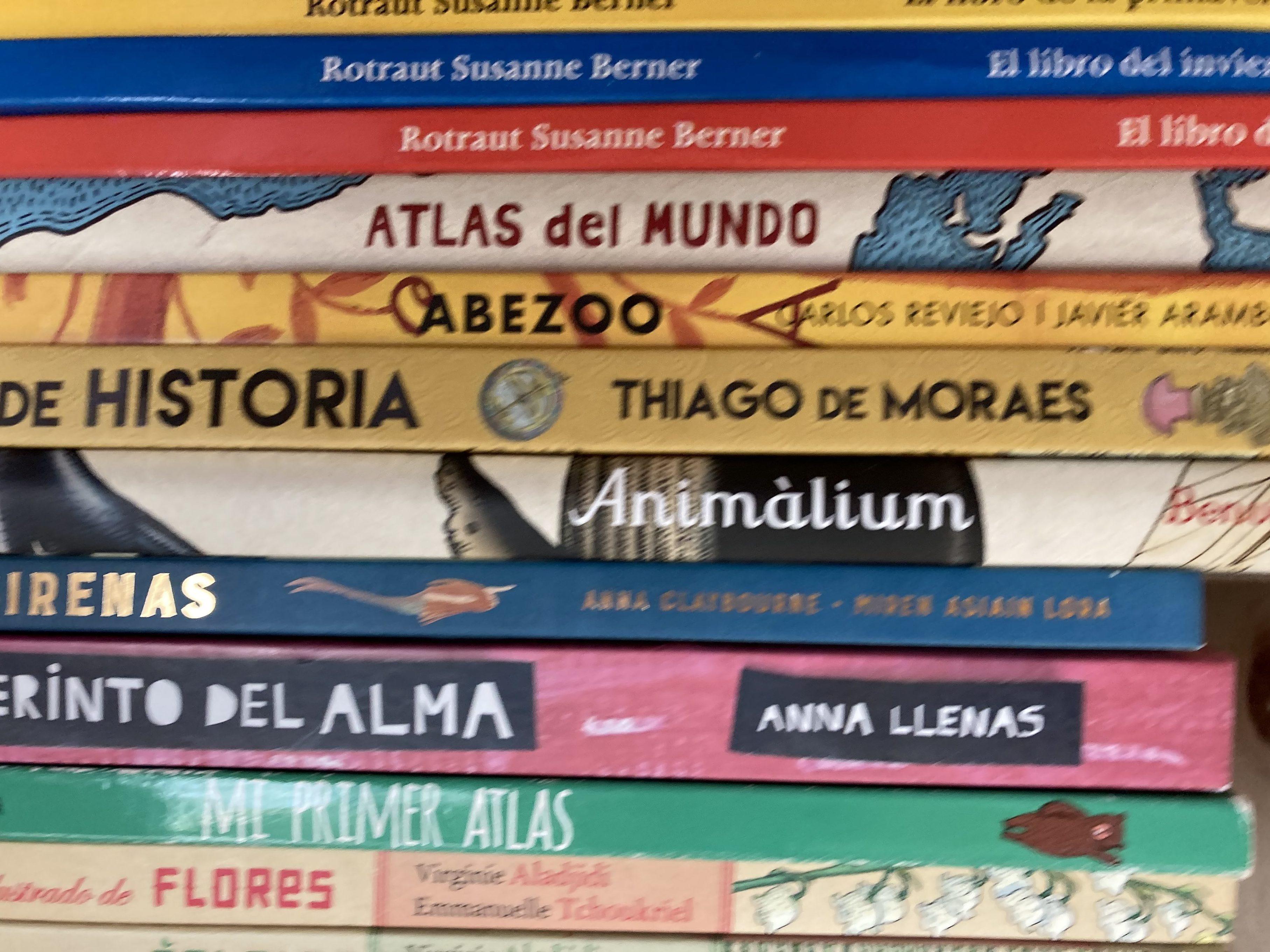 Foto de libros tomada sujetando móvil con una mano