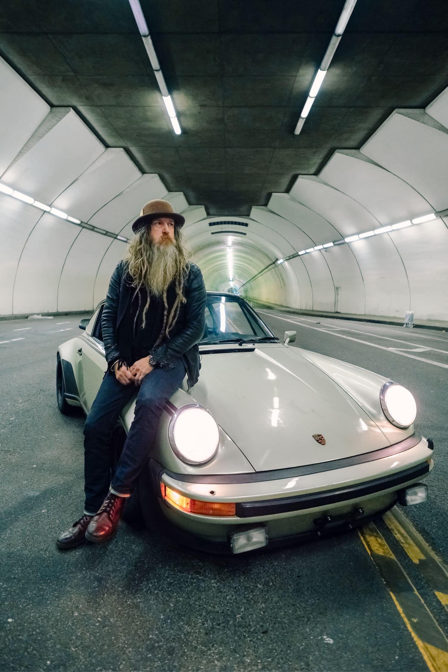 Hombre con coche en túnel fotografiado con X-T4