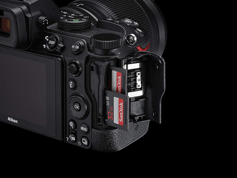 Vista de la doble ranura para tarjetas de la cámara Nikon Z5