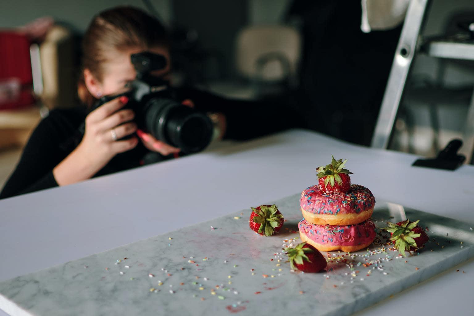 Fotógrafa haciendo fotografía gastronómica