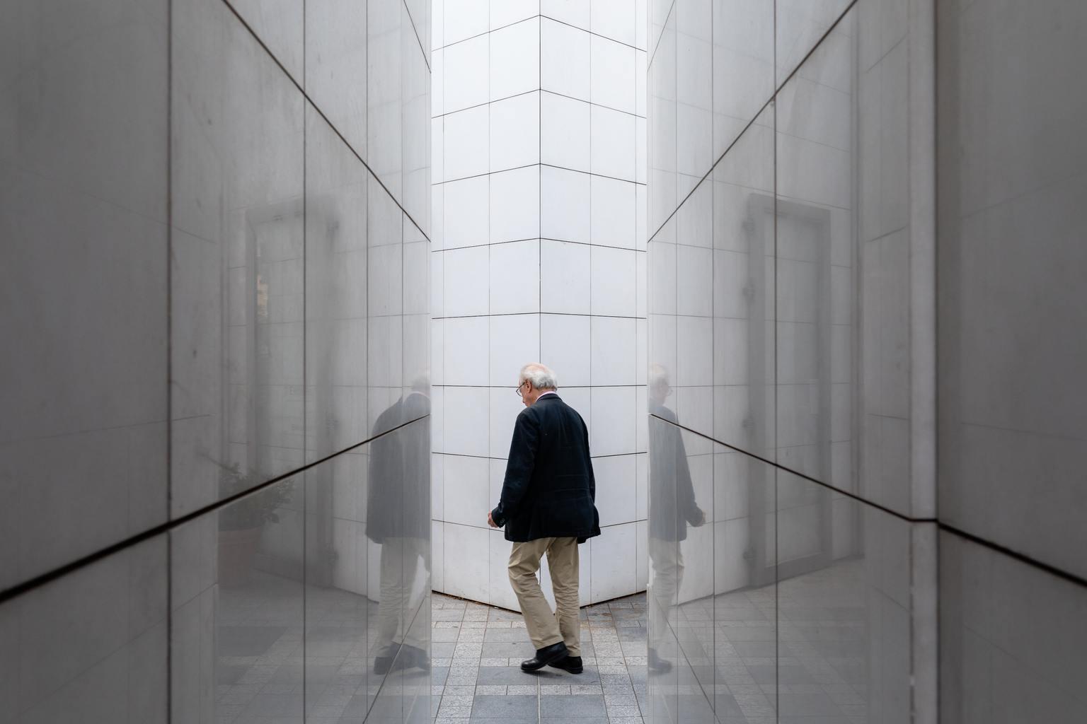 Hombre rodeado de geometrías