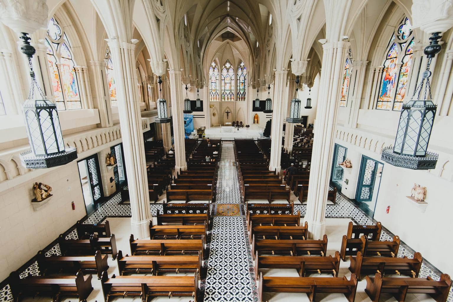 Interior de iglesia fotografiado con objetivo de 16mm