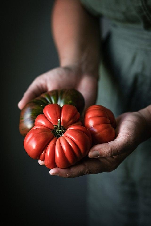 Tomates en la mano realizado con Nikon Z5