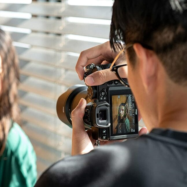 Fotógrafo haciendo retrato con Nikon Z5