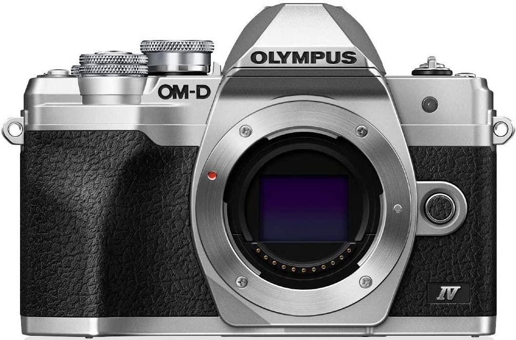 Vista frontal sin objetivo de la  Olympus OM-D E-M10 IV