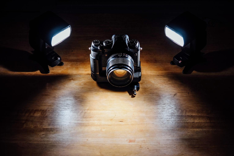 cámara alumbrada con dos flashes