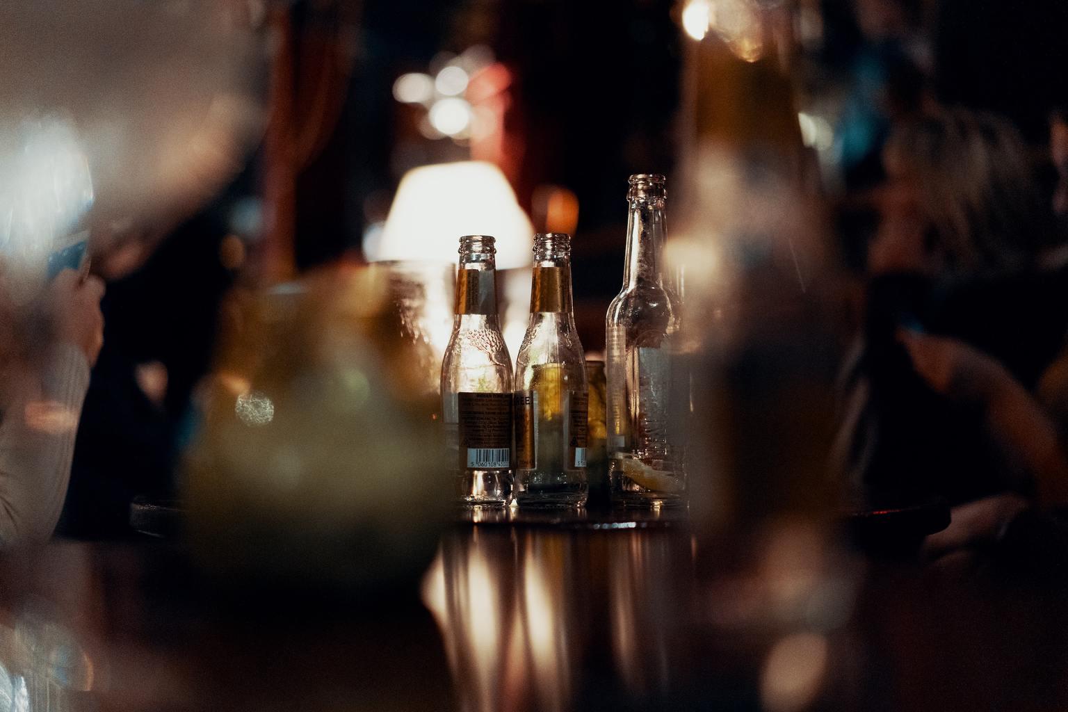 Botellas en fiesta nocturna destacadas con enfoque selectivo