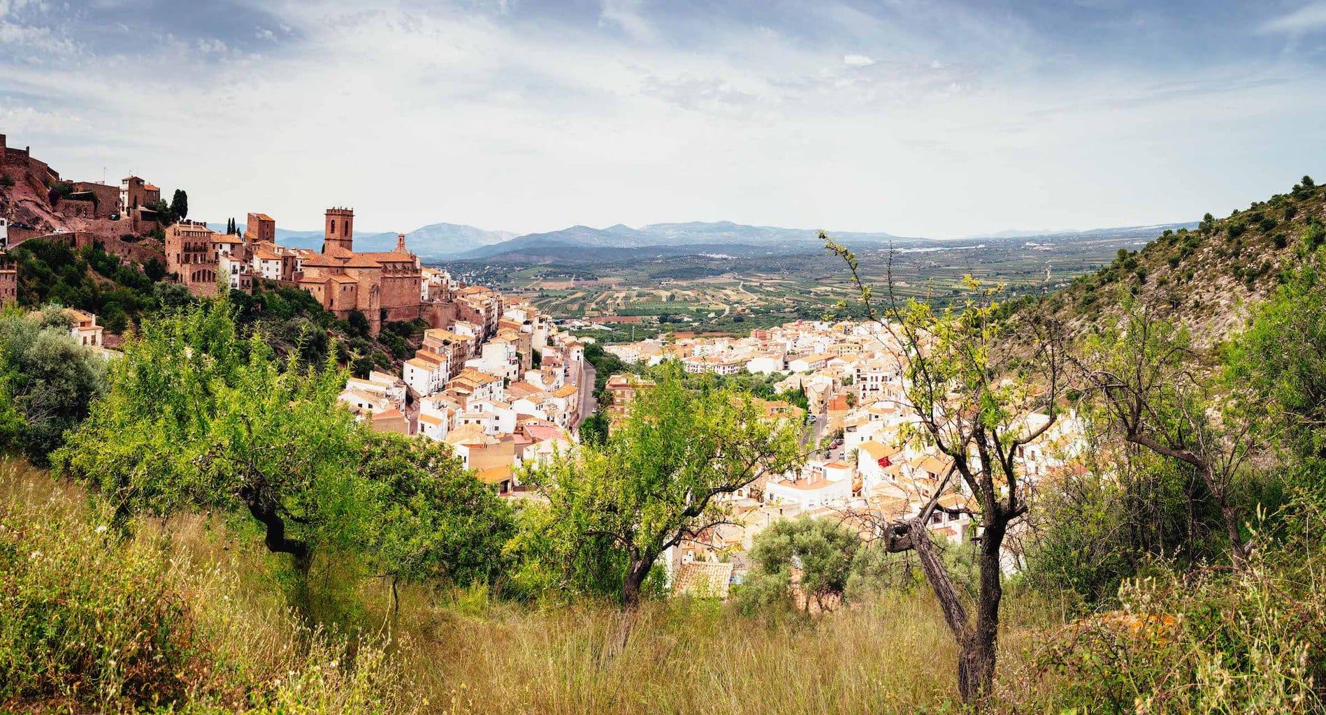Vista panorámica de pueblo con castillo montada y editada en Lightroom