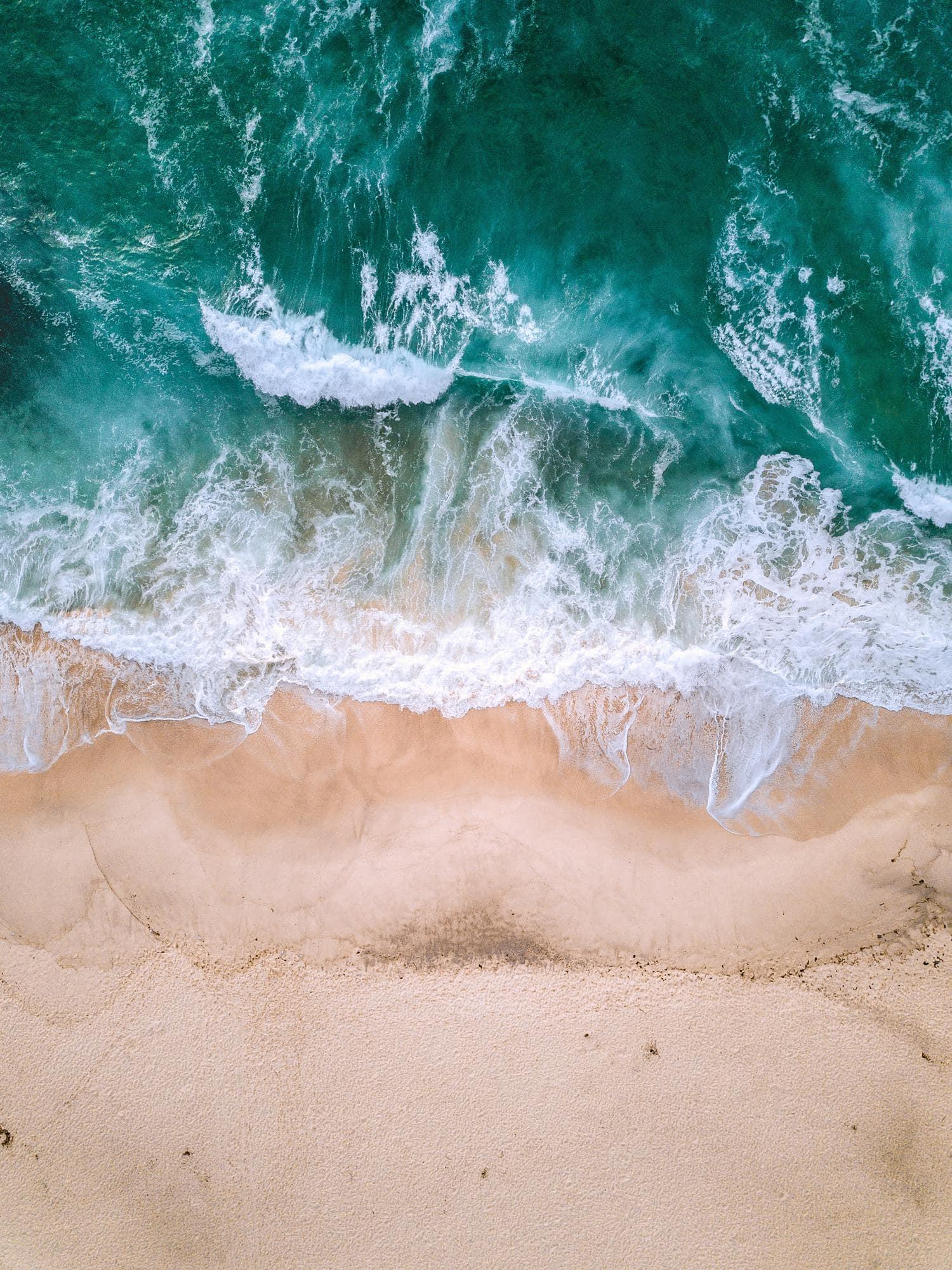 mar y arena vista desde dron