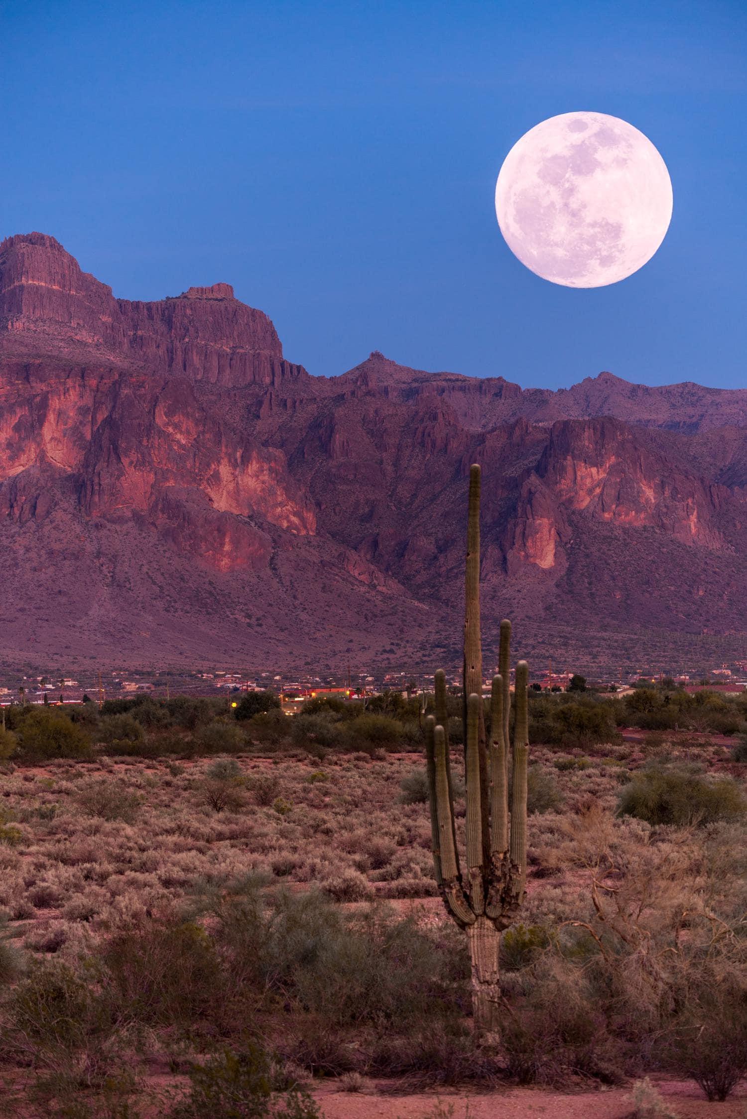 Paisaje con luna fotografiado con un objetivo de 600mm