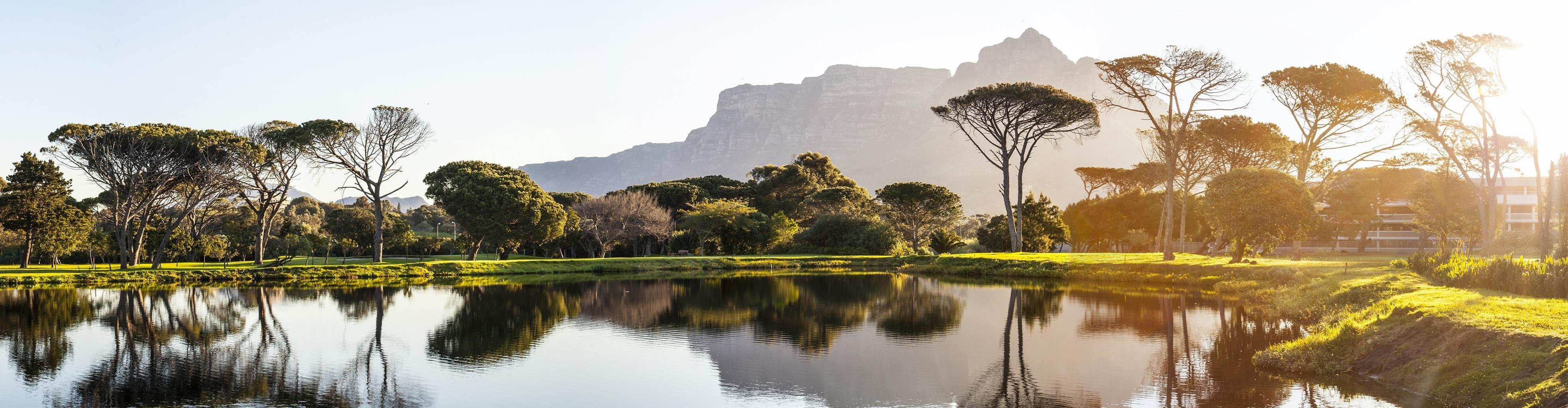 Paisaje con montañas al fondo y lago con formato panorámico fotografiado con un objetivo estándar