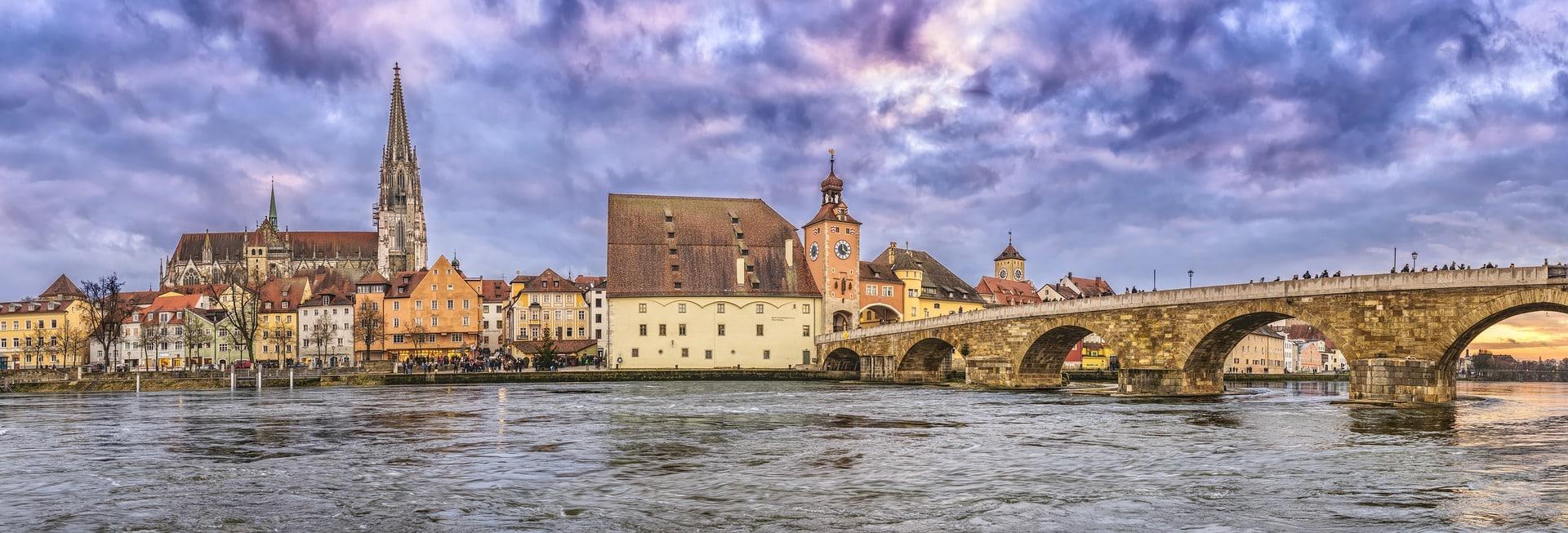 Panorámica de puente y catedral de Regensburg