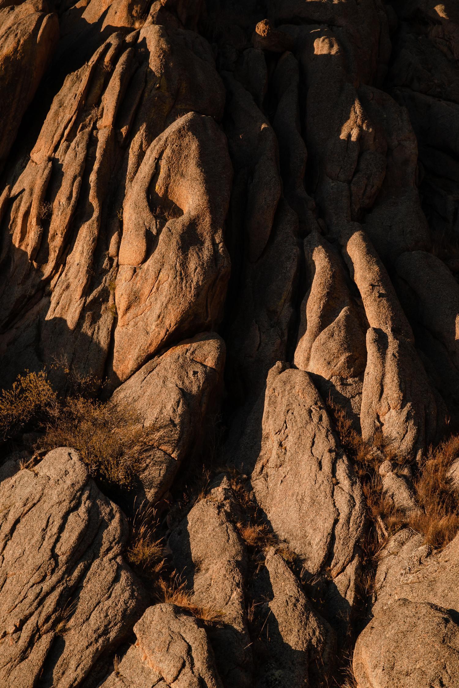 Rocas con luz lateral