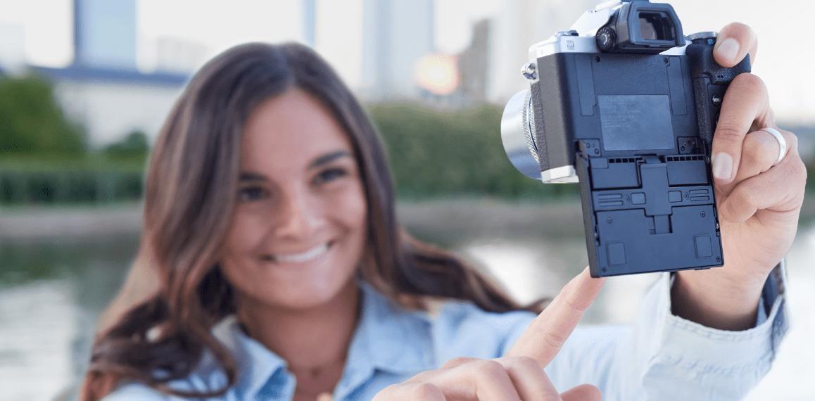 Chica haciéndose selfie con pantalla abatida