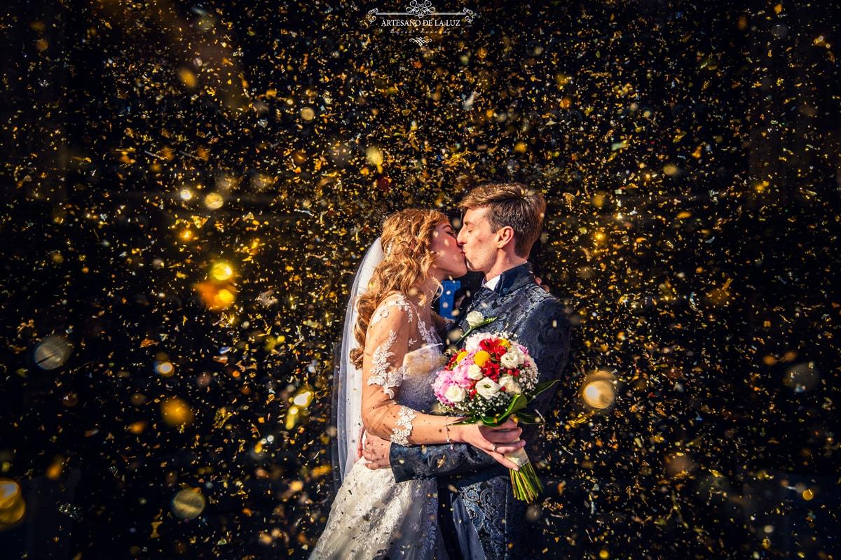 Novios besándose el día de la boda