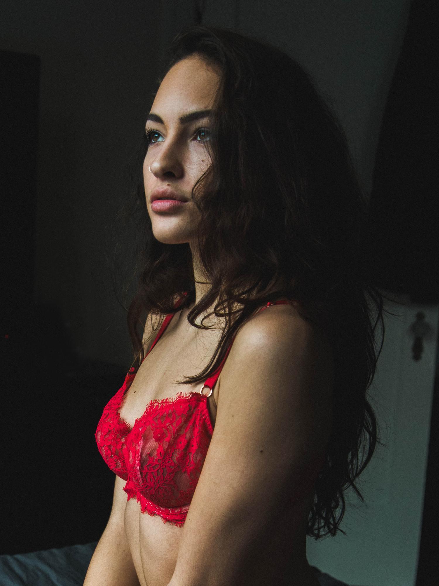 Retrato de mujer con lencería roja