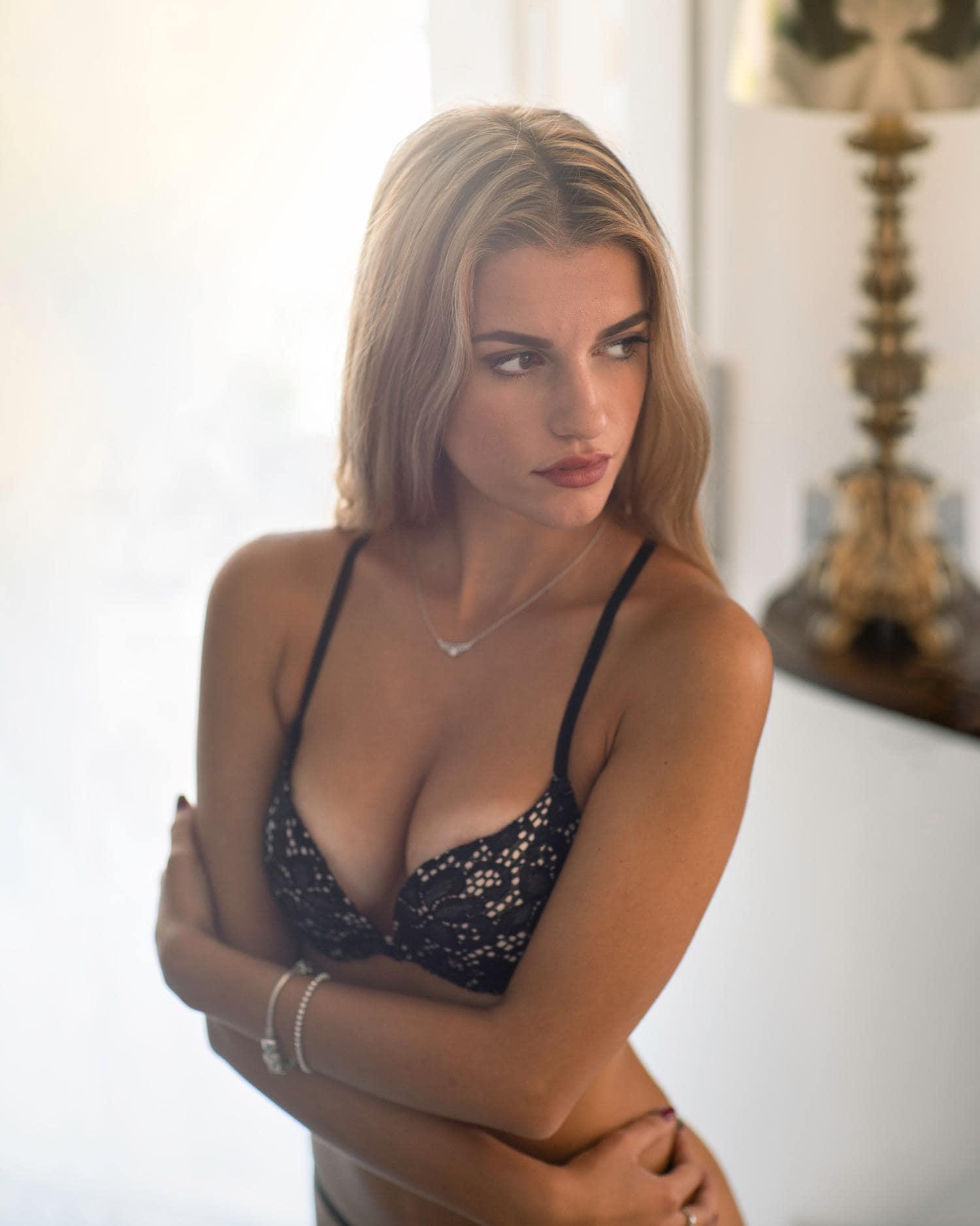 Mujer posando para foto boudoir