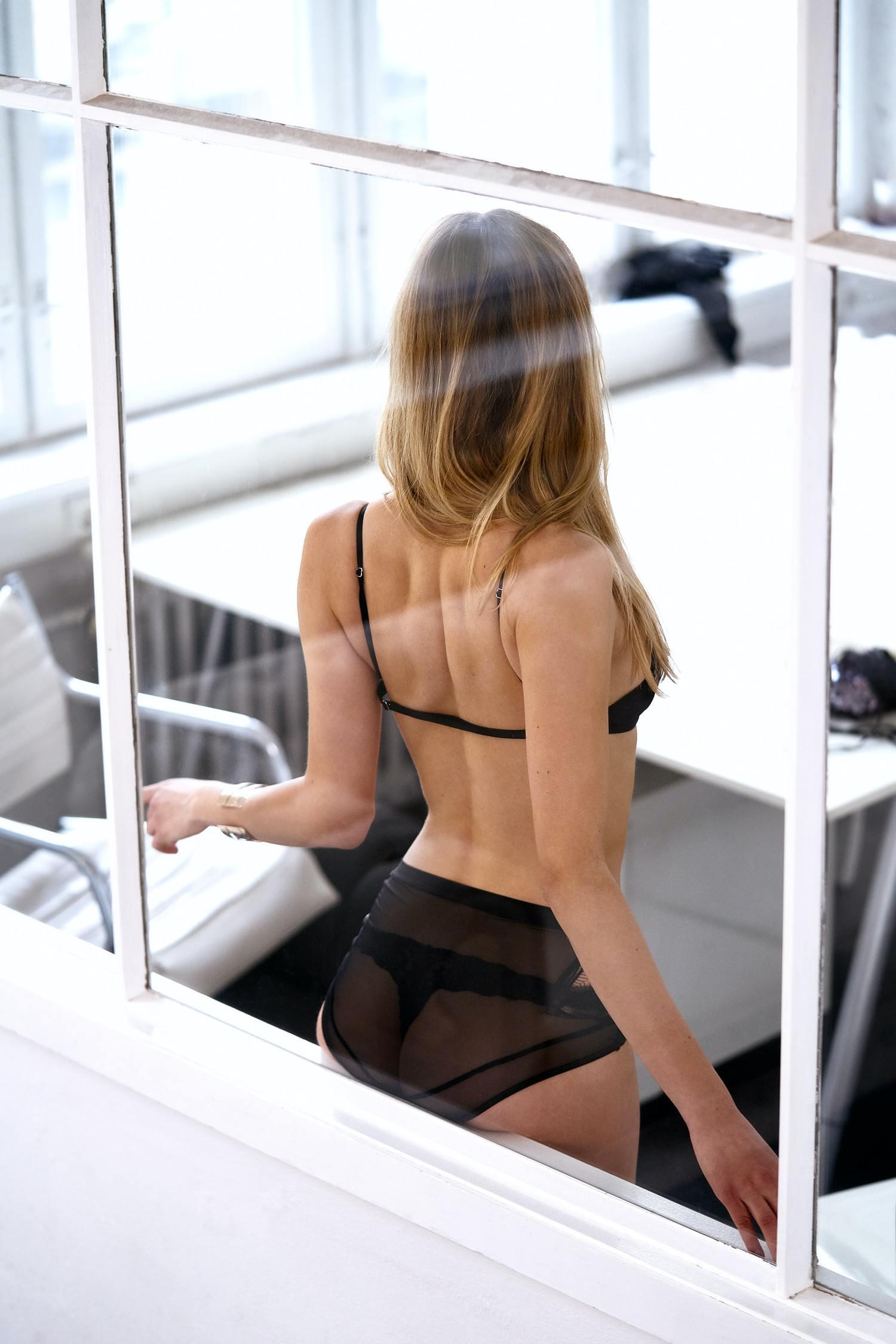mujer ventana boudoir