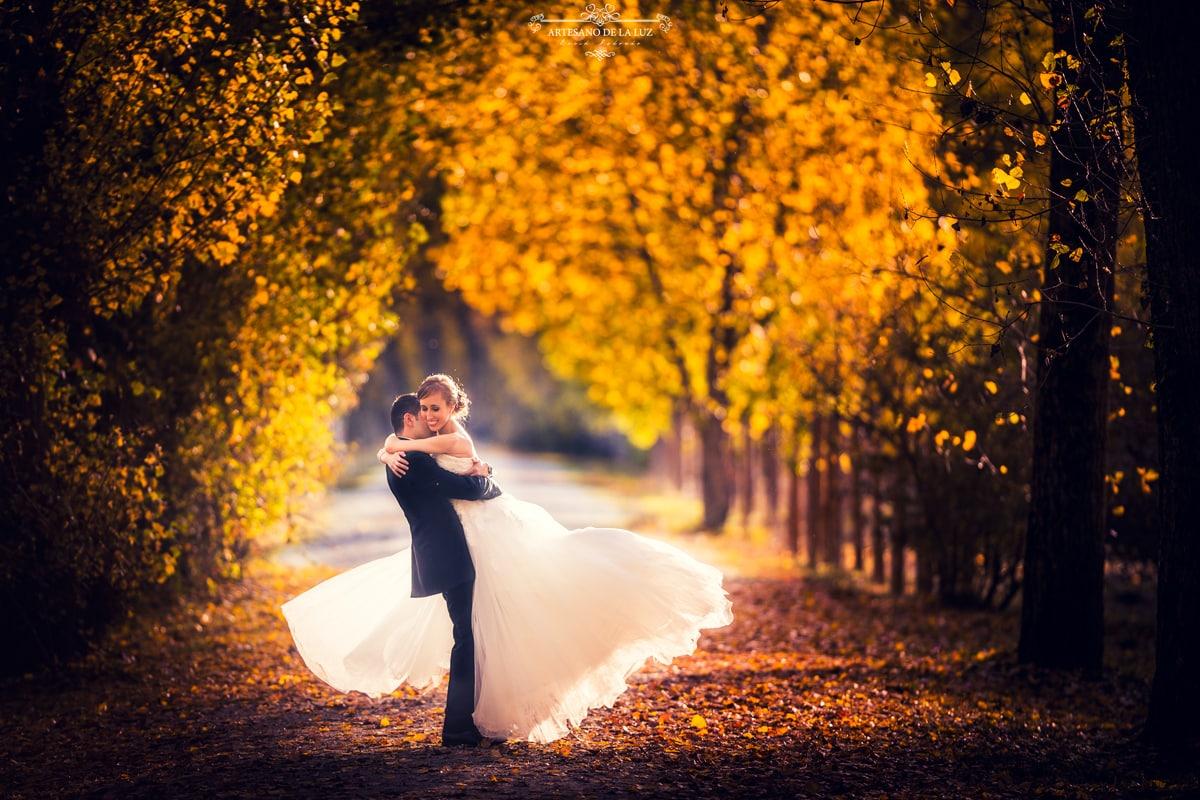 Novio alzando a la novia