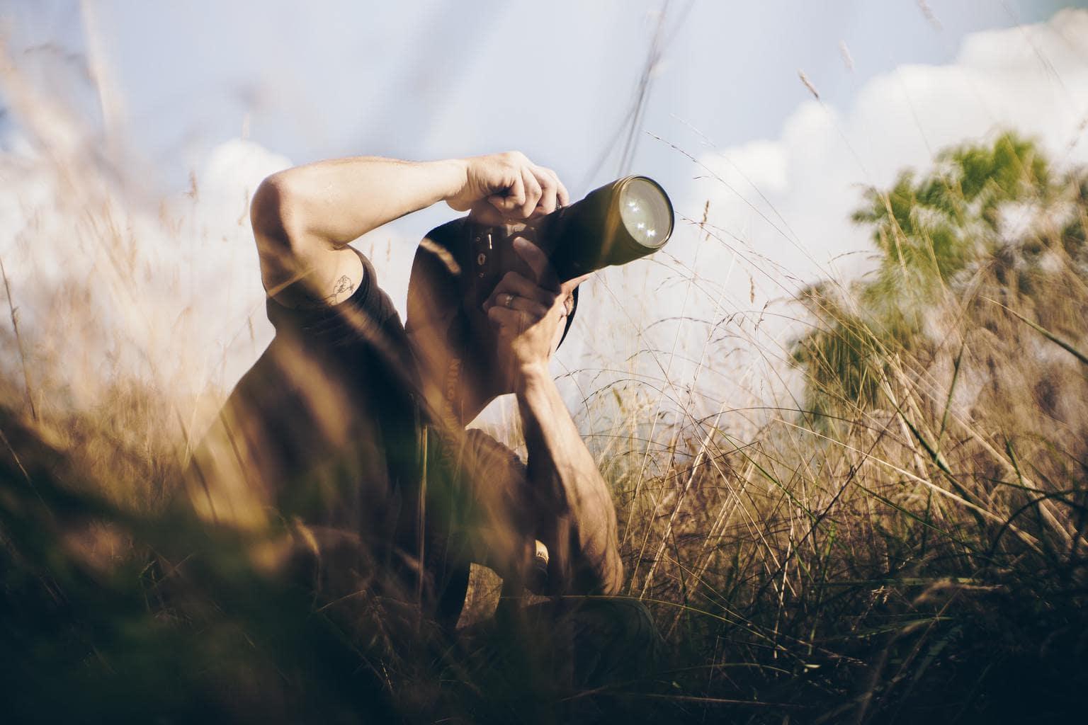Fotógrafo con cámara fotografiando paisaje