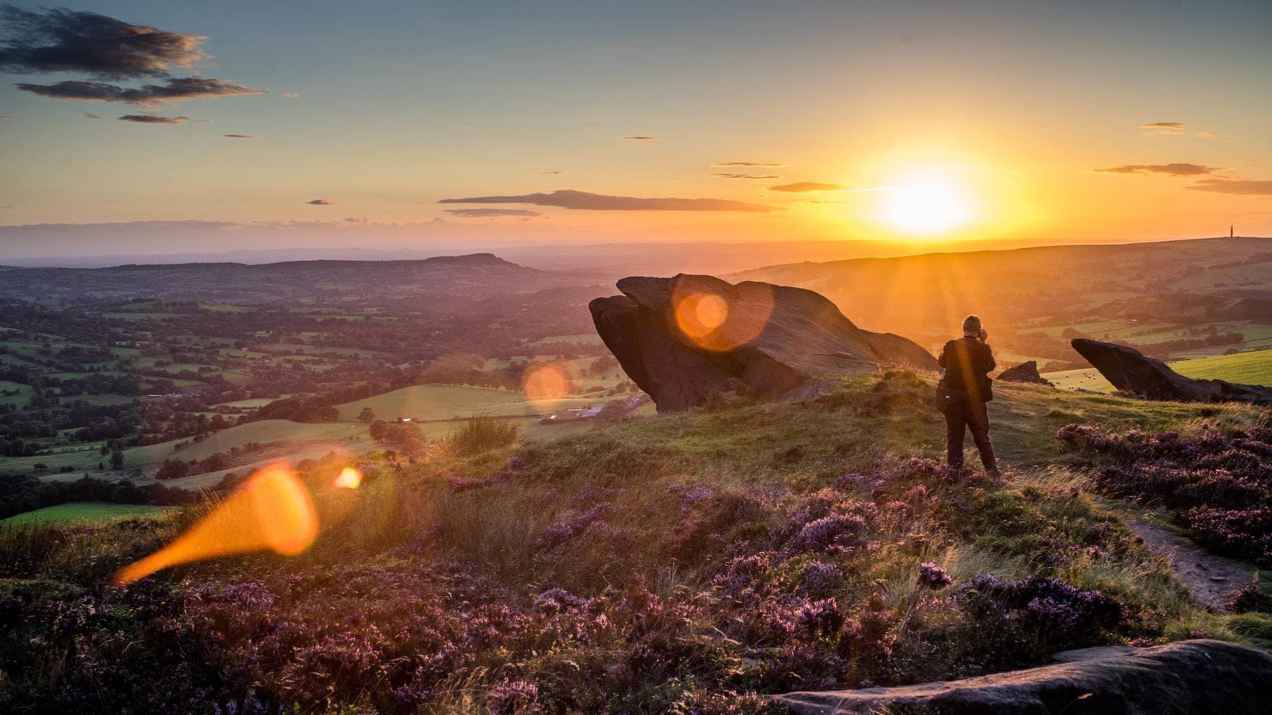 Hombre fotografiando el atardecer de unas vistas panorámicas