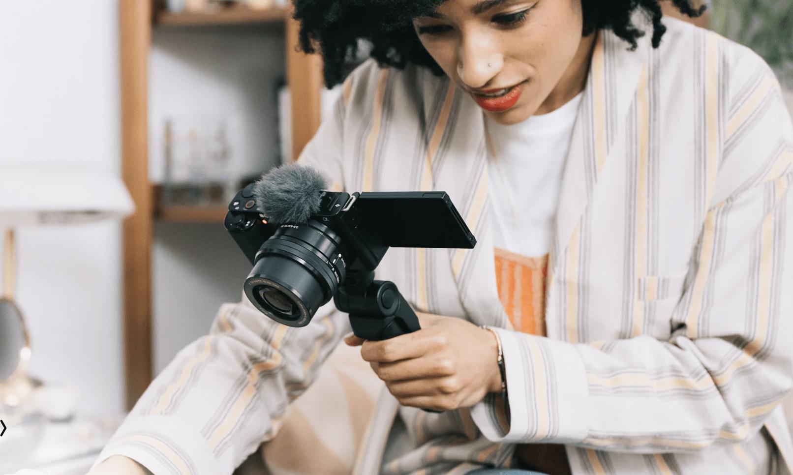 Mujer con cámara Sony ZV-E10 en la mano
