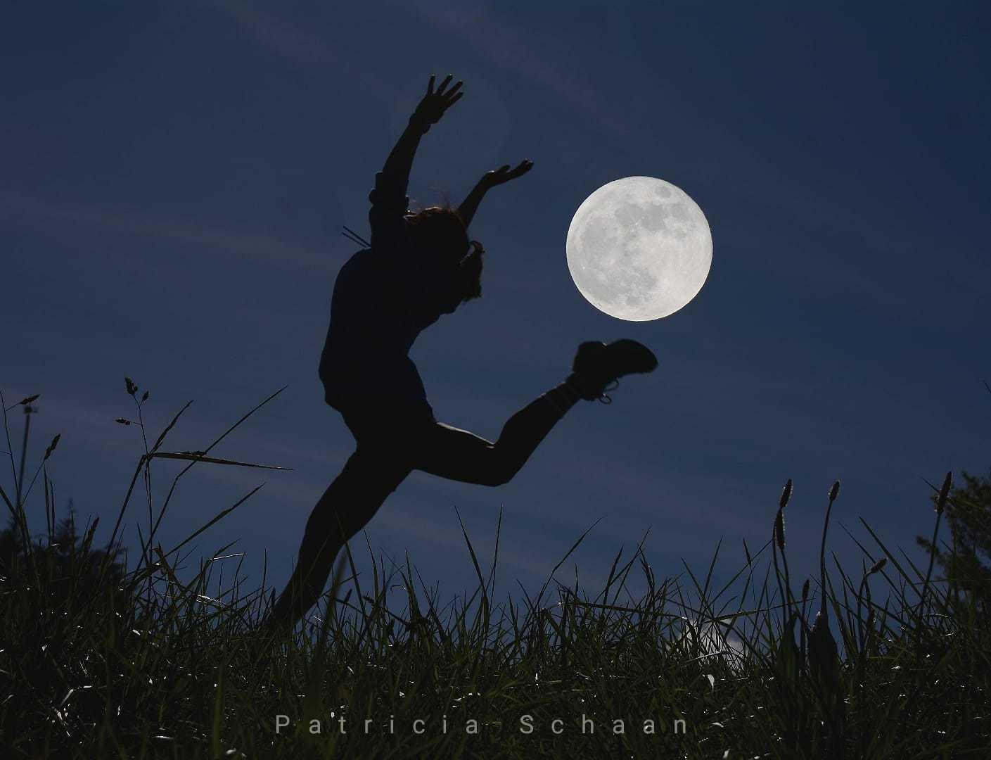 Silueta en movimiento con luna en el cielo ganadora del #fotoreto118