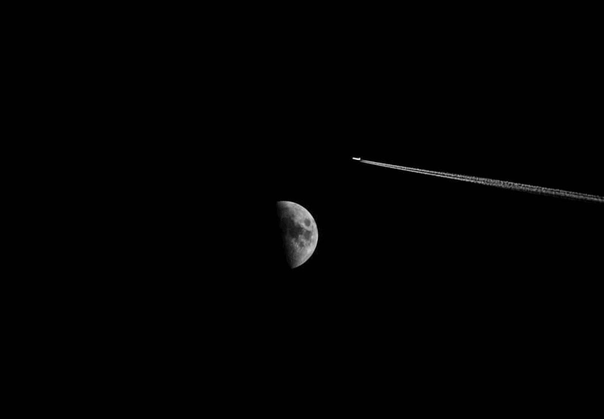 Foto luna y avión diminuto para fotoreto119